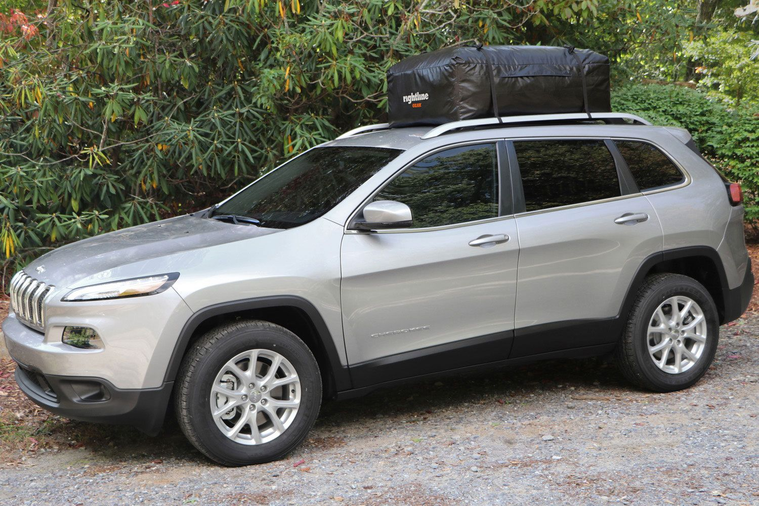15 cu ft Attaches With or Without Roof Rack Weatherproof Rightline Gear Ace 2 Car Top Carrier